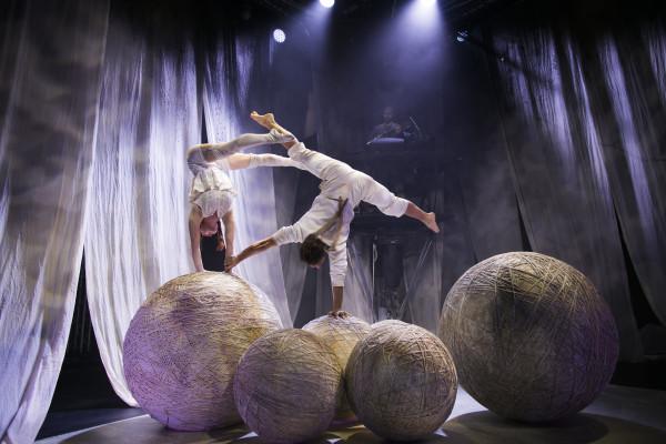 """Teatro a Mil presenta en el Teatro Municipal de Las Condes """"Knitting Peace"""" de la compañía sueca Cirkus Cirkör. Foto gentileza Teatro a Mil."""