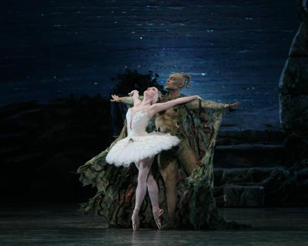 """Gillian Murphy, una de las siete protagonistas de la versión de """"Lago de los cisnes"""" que trae el ABT a Washington DC, y junto a ella, Roman Zhurbin. Foto: Hidemi Seto. Gentileza JFKC."""