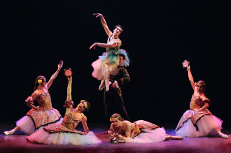 """Los bailarines de Ballet con Humor, bailan los clásicos a su manera y rescatan desde """"Giselle"""" has """"Lago de los cisnes"""". Foto: Carlos Villamayor. Gentileza Ballet con Humor."""
